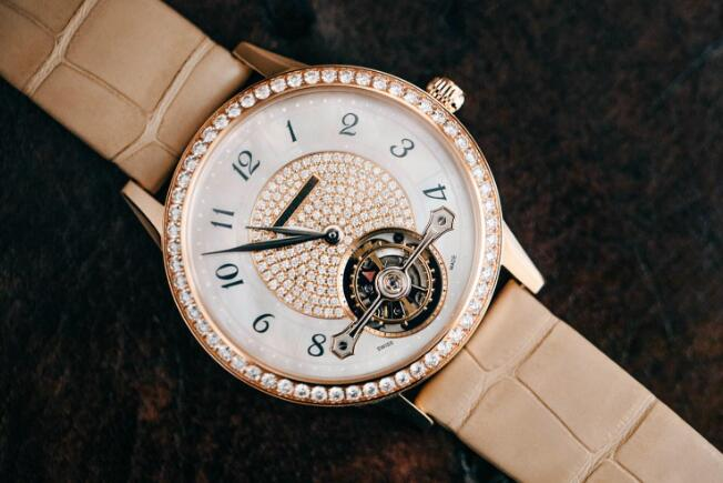 The mother-of-pearl dial looks eye-catching and romantic.