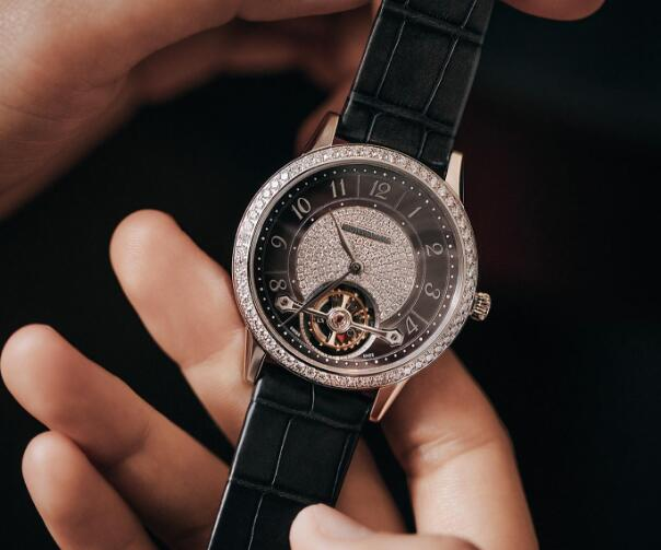 The diamonds paved on the bezel and dial are shiny and attractive.