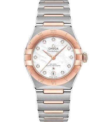 The mother-of-pearl dial endows the timepiece with eye-catching appearance.