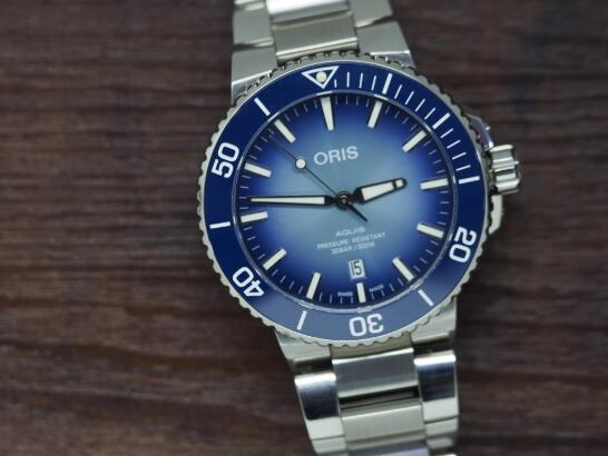 Oris fake features a charming blue dial that sports a distinctive look of gradient visual offect.