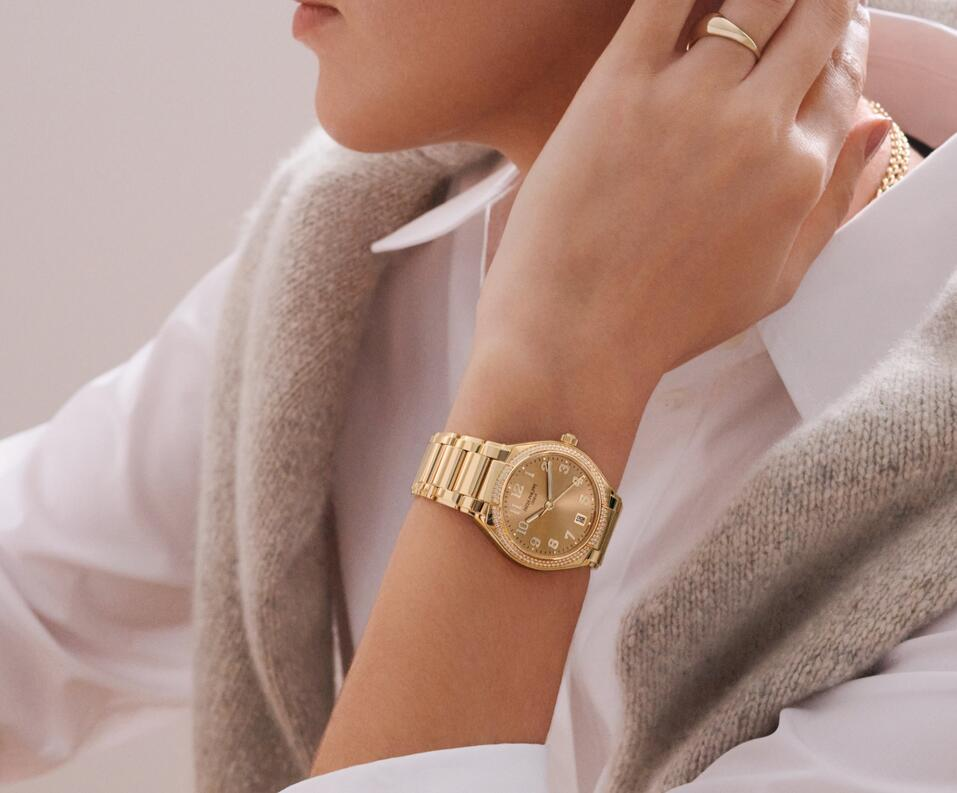 Fake watches for new sale are attractive for ladies.